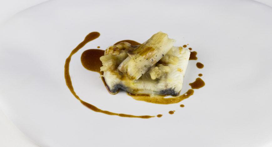 Anguila shirayaki con berenjenas y calçots