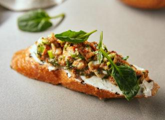 Bruschetta de queso crema, anguila y aguacate