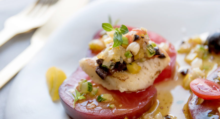 Anguila fresca a la plancha con ensalada de tomate