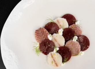 Medallones de anguila ahumada y remolacha con salsa de yogur